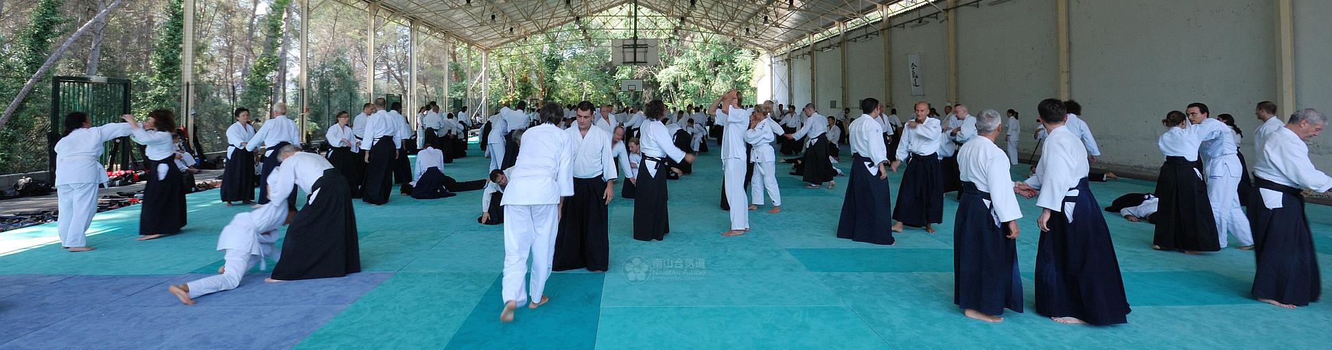 Minden edzés nyilvános, így a látogató betekintést nyerhet az Aikido harcművészet világába. A tagfelvétel folyamatos, egész évben szeretettel várjuk felnőtt csoportunkba a 14-99 éves hölgyek és urak, gyermek csoportunkba pedig a 7-13 éves lányok és fiúk jelentkezését.